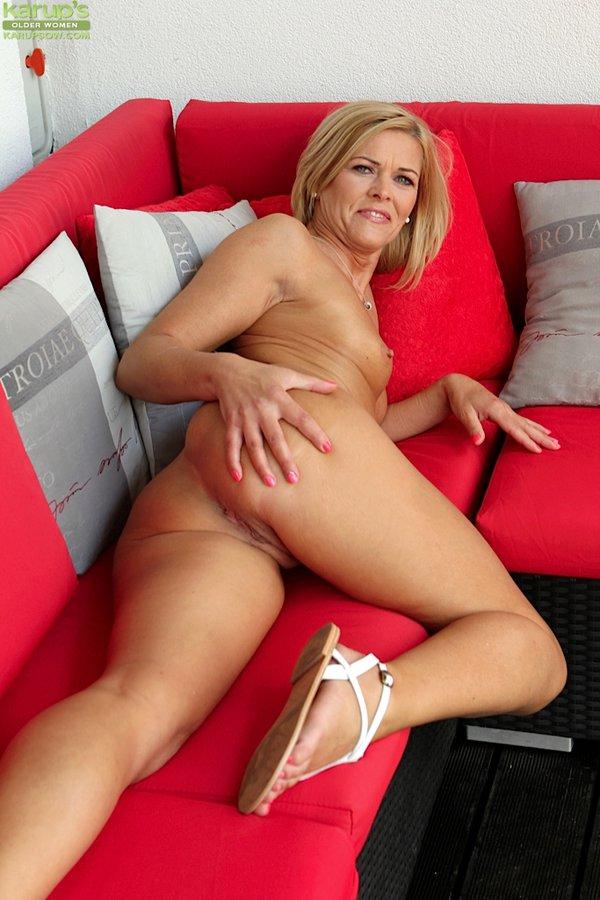Tiny glamour babe masturbates in nude hosiery 5