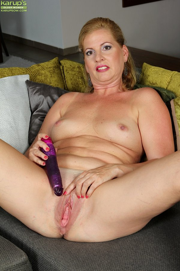 Kinky hot mature with dildo